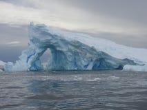 Iceberg con un paso Fotografía de archivo