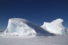 Iceberg congelato nell'oceano fuori dalla penisola antartica nel winte Fotografie Stock