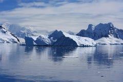 Iceberg dans le port de paradis, Antarctique Photos stock