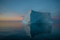 Iceberg de flutuação na luz da noite Imagem de Stock