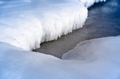 Iceberg de fonte en mer pendant l'hiver chaud Photographie stock