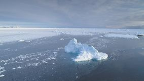 Iceberg de la Antártida en la opinión aérea del hielo impetuoso almacen de metraje de vídeo