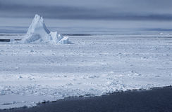 Iceberg de mer de l'Antarctique Weddell dans le domaine de glace Photographie stock libre de droits