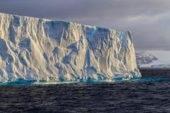 Iceberg de table de belles grèves légères près de l'Antarctique photos libres de droits
