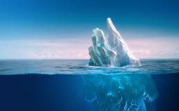 Iceberg debajo del cielo azul con la l?nea subacu?tica de la parte y de agua foto de archivo