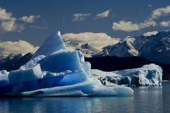 Iceberg di fusione dal ghiacciaio di tintura che va alla deriva via Fotografie Stock