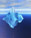 Iceberg di galleggiamento nell'oceano aperto con l'orizzonte Fotografia Stock Libera da Diritti