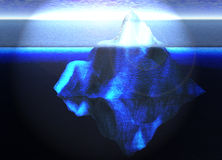 Iceberg di galleggiamento nell'oceano aperto con l'orizzonte Fotografie Stock Libere da Diritti