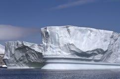 Iceberg doble del paso en el antártico imagenes de archivo