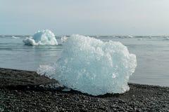 Iceberg durante o por do sol em Jokulsarlon em Islândia sul fotografia de stock royalty free