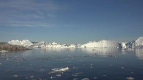 Iceberg e ghiacciaio del villaggio Ilulissat stock footage