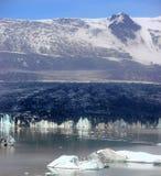 Iceberg e montagna dell'Islanda fotografia stock