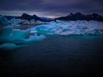 Iceberg e montagne dell'Alaska, Stati Uniti Fotografia Stock