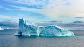Iceberg em Gronelândia Construção enorme colorida do iceberg com torre e porta fotografia de stock