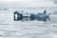 Iceberg en aguas tranquilas Imagen de archivo libre de regalías