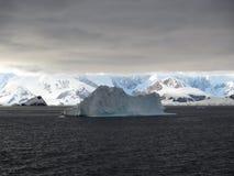 Iceberg en el océano Imagen de archivo libre de regalías