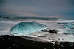 Iceberg en la playa del jokulsarlon Foto de archivo libre de regalías