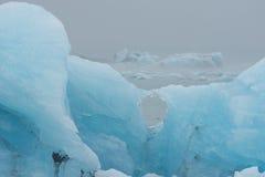 Iceberg encalhados na praia perto de Jokulsarlon, Icel do sudeste Foto de Stock Royalty Free