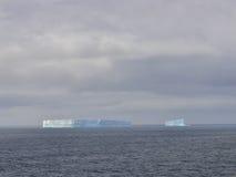 Iceberg enorme em Continente antárctico fotos de stock