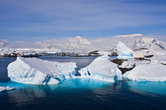 Iceberg enormes em Continente antárctico Fotos de Stock Royalty Free
