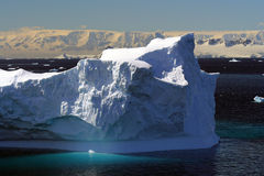 Iceberg et montagnes en Antarctique Photos stock
