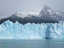 Iceberg flottant sur le glacier de Perito Moreno de lac Photographie stock