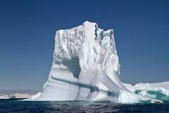 Iceberg grande en aguas antárticas en un verano soleado Imagenes de archivo