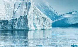 Iceberg incagliati alla bocca del Icefjord vicino a Ilulissat, G Fotografia Stock