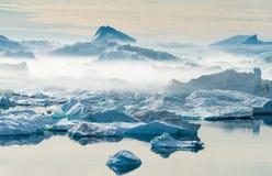 Iceberg incagliati alla bocca del Icefjord vicino a Ilulissat, G Fotografie Stock