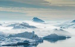 Iceberg incagliati nella nebbia alla bocca del Icefjord vicino I Fotografia Stock