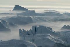 Iceberg incagliati nella nebbia alla bocca del Icefjord vicino I Immagine Stock