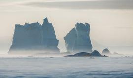 Iceberg incagliati nelle acque nebbiose del mare del Labrador a metà di Immagine Stock