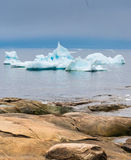 Iceberg incagliati sulle rive della città di Iulissat, Greenla Immagine Stock