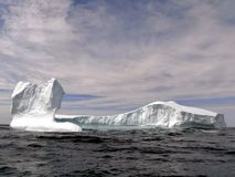 Iceberg massif flottant en mer Photographie stock libre de droits