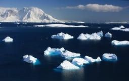 Iceberg, montagne antarctique dans la neige image libre de droits