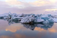 Iceberg na lagoa glacial de Jokulsarlon em Vatnajokull P nacional fotos de stock royalty free