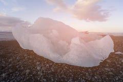 Iceberg na praia preta da lava em Jokulsarlon Imagens de Stock Royalty Free