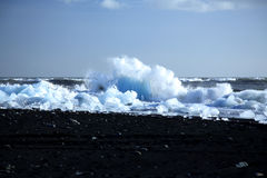 Iceberg na praia vulcânica preta imagens de stock