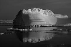 Iceberg negro-blanco Imágenes de archivo libres de regalías