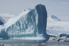 Iceberg nei precedenti delle montagne Fotografia Stock