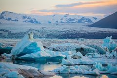 Iceberg nella laguna del ghiacciaio di Jokulsarlon Parco nazionale di Vatnajokull, estate dell'Islanda Sole di mezzanotte immagine stock libera da diritti