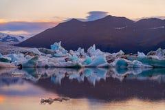 Iceberg nella laguna del ghiacciaio di Jokulsarlon Parco nazionale di Vatnajokull, estate dell'Islanda Sole di mezzanotte fotografia stock