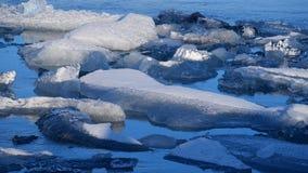 Iceberg no lago do gelo Paisagem do gelo e da natureza do inverno da neve Lagoa do gelo vídeos de arquivo