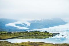 Iceberg no lago glacial com Mountain View foto de stock