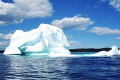 Iceberg no mar azul foto de stock royalty free