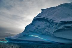 Iceberg no oceano Foto de Stock Royalty Free