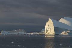 Iceberg no por do sol Fotos de Stock Royalty Free