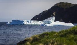 Iceberg puesto a tierra, atmósfera cambiante Imagenes de archivo