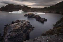 Iceberg puesto a tierra, atmósfera cambiante Imagen de archivo