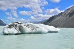 Iceberg que flota en el lago Tasman Foto de archivo libre de regalías